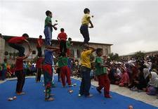 Afghan children from the Mobile Mini Circus Children (MMCC) perform during a show in Kabul August 17, 2013. REUTERS/Mohammad Ismail