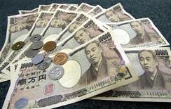 Банкноты и монеты японской иены в Токио 3 марта 2006 года. Иена подросла во вторник, поскольку инвесторы распродают акции и валюты развивающихся стран и перекладываются в наиболее ликвидные и безопасные валюты - японскую и американскую - в ожидании дня, когда центробанк США выключит печатный станок. REUTERS/Toshiyuki Aizawa