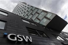 Le groupe immobilier allemand Deutsche Wohnen a lancé mardi une offre publique d'échange (OPE) sur son concurrent GSW Immobilien valorisant ce dernier à 1,75 milliard d'euros, afin de créer un groupe en mesure de profiter du boom des prix à Berlin. /Photo prise le 20 août 2013/REUTERS/Thomas Peter
