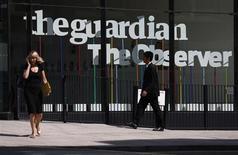 Пешеходы идут мимо входа в редакцию газеты Guardian в Лондоне 20 августа 2013 года. Guardian, главный распространитель откровений, основанных на документах, которые предоставил бывший контрактник американской разведки Эдвард Сноуден, сообщила, что британское правительство заставило редакцию уничтожить секретные документы. REUTERS/Suzanne Plunkett
