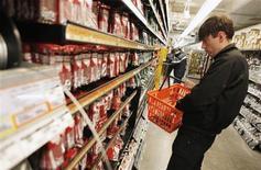 Мужчина в магазине Home Depot в Нью-Йорке 13 апреля 2011 года. Восстановление американского рынка недвижимости помогло Home Depot Inc получить квартальные результаты, превзошедшие прогнозы аналитиков. REUTERS/Lucas Jackson