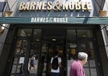 Clientes entram em loja da Barnes & Noble em Nova York. O fundador da Barnes & Noble desistiu do plano de comprar livrarias da empresa, após a companhia registrar um prejuízo trimestral em meio a mais profunda queda nas vendas de e-books e do seu aparelho Nook, e com declínio nos negócios em suas lojas. 25/06/2013. REUTERS/Brendan McDermid