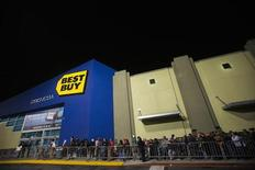 Holiday shoppers wait outside Best Buy in preparation for Black Friday shopping during Thanksgiving Day in San Francisco, California November 22, 2012. REUTERS/Stephen Lam