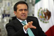 El ministro de Economía de México, Ildefonso Guajardo, durante una entrevista con Reuters. Agosto, 2013. REUTERS/Tomas Bravo. La economía de México sufrió en el segundo trimestre su peor comportamiento desde que salió de una profunda recesión hace cuatro años, debilitada en gran medida por el estancamiento de su sector industrial ligado a Estados Unidos.