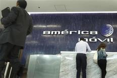 America Movil, principal opérateur mobile latino-américain détenu par le milliardaire mexicain Carlos Slim, a mis en place le financement nécessaire au rachat du solde de 70% du néerlandais KPN pour 7,2 milliards d'euros. /Photo prise le 13 février 2013/REUTERS/Edgard Garrido