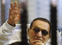 Экс-президент Египта Хосни Мубарак в клетке на заседании суда в Каире 13 апреля 2013 года. Каирский суд велел освободить бывшего президента Египта Хосни Мубарака, который должен выйти из-под стражи уже в четверг, что стало ещё одним потрясением в пережившей новую революцию и охваченной насилием стране. REUTERS/Stringer