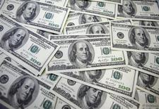 Notas de cem dólares em imagem ilustrativa. O fluxo cambial, entrada e saída de moeda estrangeira do país, ficou positivo em 812 milhões de dólares na semana passada, após registrar saldo negativo da semana anterior, informou nesta quarta-feira o Banco Central. 20/09/2011. REUTERS/Lee Jae-Won