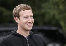 El presidente ejecutivo de Facebook, Mark Zuckerberg, durante una conferencia en Sun Valley, EEUU, jul 11 2013. El presidente ejecutivo de Facebook, Mark Zuckerberg, reclutó a Samsung Electronics, Qualcomm y otras cuatro empresas para un proyecto que busca llevar el acceso a internet a quienes no pueden permitírselo, copiando iniciativas de Google y de otras grandes empresas. REUTERS/Rick Wilking