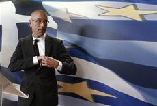 Jörg Asmussen, membre du directoire de la BCE, à Athènes. Joignant sa voix à celle de l'Allemagne, la BCE s'est efforcée mercredi de calmer les spéculations sur l'éventualité d'un troisième plan d'aide à la Grèce, tout en réaffirmant qu'Athènes pourrait compter sur le soutien de la zone euro tant qu'elle respecterait ses engagements. /Photo prise le 21 août 2013/REUTERS/John Kolesidis