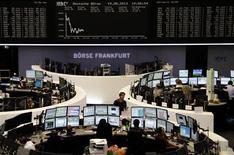 Un grupo de operadores en sus puestos de trabajo en la bolsa de Fráncfort, Alemania, ago 19 2013. Las acciones europeas cerraron el miércoles con bajas, extendiendo las pérdidas de la sesión previa, con inversores que evitaron hacer apuestas en el mercado antes de que se divulguen las minutas de la última reunión de política monetaria de la Reserva Federal de Estados Unidos. REUTERS/Remote/stringer