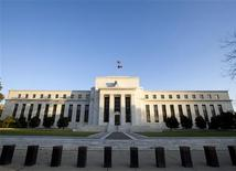 """La Réserve fédérale américaine à Washington. Quelques membres du Comité de politique monétaire (Fomc) de la Réserve fédérale ont jugé, lors de la réunion de fin juillet, qu'il serait peut-être bientôt temps de """"ralentir quelque peu"""" le rythme des rachats obligataires de la banque centrale. D'autres ont recommandé de faire preuve de patience quant à décider du calendrier du dénouement de la politique d'assouplissement quantitatif (QE3) de la Fed. /Photo d'archives/REUTERS/Larry Downing"""