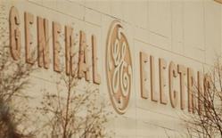 El logo de General Electric en una de sus plantas en Lynn, EEUU, mar 6 2009. Un funcionario chino presionó a alrededor de 30 firmas extranjeras como General Electric y Siemens en una reunión reciente para que confesaran violaciones a las normas antimonopolios, y les advirtió que no usen abogados externos para luchar contra las acusaciones de los reguladores, dijeron fuentes. REUTERS/Brian Snyder