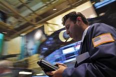 Un operador en la bolsa de comercio de Nueva York, ago 21 2013. Las acciones cerraron el miércoles en la bolsa de Nueva York con descensos en una sesión volátil marcada por las minutas de la última reunión de política monetaria de la Reserva Federal, que brindaron pocas pistas sobre cuándo reducirá la Fed su programa de estímulo. REUTERS/Brendan McDermid