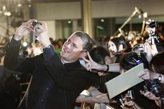 """Actor Wentworth Miller takes a picture with fans at the """"Resident Evil: Afterlife 3D"""" Tokyo premiere September 2, 2010. REUTERS/Kim Kyung-Hoon"""