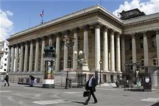 Les principales Bourses européennes ont ouvert en hausse jeudi, après trois séances consécutives de repli, tirées par l'annonce d'un rebond de l'activité manufacturière en Chine. À Paris, le CAC 40 gagnait 0,52% vers 07h30 GMT. À Francfort, le Dax progressait de 0,47% et à Londres, le FTSE était en hausse de 0,44%. L'indice paneuropéen EuroStoxx 50 prenait 0,54%. /Photo d'archives/REUTERS/Charles Platiau
