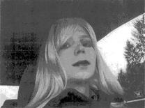 El soldado estadounidense Bradley Manning, condenado por filtrar documentos clasificados de Estados Unidos a WikiLeaks, es fotografiado vestido como una mujer en una foto del 2010 obtenida por Reuters el 14 de agosto de 2013. Manning dijo el jueves 23 de agosto en un comunicado leído en NBC News que se considera una mujer y que quiere vivir como tal, llamándose Chelsea. REUTERS/Fuerza Armada de EStados Unidos/Cortesía. ATENCION EDITORES: ESTA IMAGEN FUE ENTREGADA POR UN TERCERO. SOLO PARA USO EDITORIAL. PROHIBIDA SU VENTA PARA CAMPAÑAS DE MARKETING O PUBLICIDAD. ESTA FOTO ES DISTRIBUIDA EXACTAMENTE COMO FUE RECIBIDA POR REUTERS, COMO UN SERVICIO PARA CLIENTES.