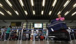 Passageiros esperam na fila do check-in, no aeroporto de Guarulhos, em São Paulo. A demanda por voos domésticos teve um crescimento de 4,8 por cento em julho sobre igual período do ano passado, puxada por Avianca e Azul, segundo a associação que representa as quatro maiores empresas do Brasil, a Abear. 4/08/2011. REUTERS/Nacho Doce