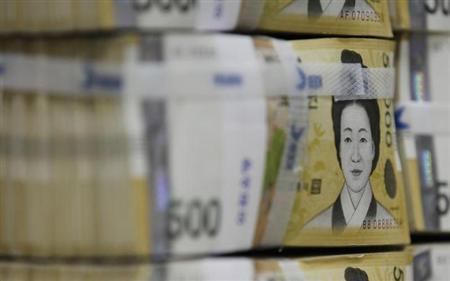 8月22日、新興国からの資金流出が続き、売りはメキシコペソや韓国ウォンにも及んだ。写真はウォン紙幣。ソウルで2010年10月撮影(2013年 ロイター/Lee Jae-Won)