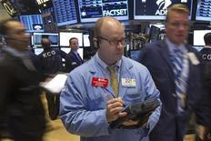 Трейдеры на торгах Нью-Йоркской фондовой биржи 22 августа 2013 года. Американские акции выросли в четверг на сессии, омраченной трехчасовой остановкой торговой площадки Nasdaq, вызванной техническими проблемами. REUTERS/Lucas Jackson