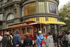 Магазин Gap в Сан-Франциско 8 мая 2013 года. Продажи Gap Inc выросли во втором квартале благодаря одноименному бренду, магазинам Old Navy и онлайну. REUTERS/Robert Galbraith