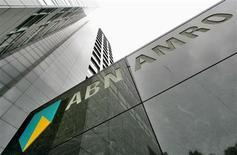 ABN Amro, la banque néerlandaise qui a dû être nationalisée en pleine crise financière, a fait état d'un bénéfice net du deuxième trimestre en baisse de 3% par rapport au premier, à 402 millions d'euros, sous le coup d'une hausse des dépréciations sur prêts. /Photo d'archives/REUTERS/Koen van Weel