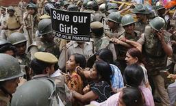 Полицейские пытаются остановить сторонников главной оппозиционной партии, направляющихся к резиденции главы правящей партии Сони Ганди, в Дели 21 апреля 2013 года. Очередное жесткое групповое изнасилование в Индии, жертвой которого на этот раз оказалась фотокорреспондент, шокировало финансовый центр Индии Мумбаи, считающийся едва ли не самым безопасным для женщин городом во всей стране. REUTERS/Adnan Abidi
