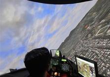 Simulateur d'avion de combat F-16. Hon Hai Precision Industry a annoncé avoir vendu à Google une partie de son portefeuille de brevets dont une technologie de superposition d'images virtuelles à des photographies du réel. /Photo prise le 14 août 2013/REUTERS/Pichi Chuang