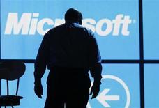 Глава Microsoft Стив Балмер покидает сцену после выступления на Consumer Electronics Show в Лас-Вегасе 9 января 2012 года. Затеявшая крупную реорганизацию корпорация Microsoft Corp заявила в пятницу, что ее глава Стив Балмер покинет компанию в течение года после того, как Microsoft найдет преемника. REUTERS/Rick Wilking