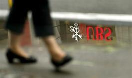 Logo do banco suiço UBS é visto refletido em uma poça d'água, em Zurique. O UBS, sob pressão do governo alemão para reduzir a evasão fiscal internacional, deu a clientes do país 16 meses para confessar fraudes ou deixar o banco. 30/07/2013. REUTERS/Arnd Wiegmann
