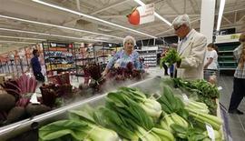 Le moral du consommateur s'est amélioré plus que prévu en août, atteignant son niveau le plus élevé en deux ans, a annoncé la Commission européenne vendredi. /Photo prise le 8 août 2013/REUTERS/Suzanne Plunkett