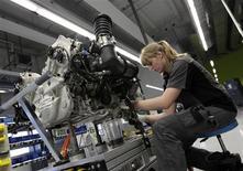 Una trabajadora ensambla el motor de un automóvil 918-Spyder de Porsche en la planta de Stuttgart-Zuffenhausen, Alemania, jul 2 2013. Alemania confirmó el viernes que registró su mayor nivel de expansión económica en más de un año en el segundo trimestre, mientras que Gran Bretaña revisó al alza su crecimiento al mismo ritmo. REUTERS/Michaela Rehle