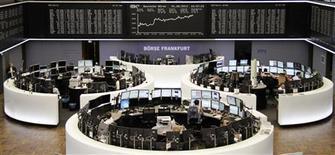 Un grupo de operadores en sus puestos de trabajo en la bolsa de comercio de Fráncfort, ago 1 2013. Un repunte en los sectores de materias primas y financiero a partir de una perspectiva económica mejorada ayudó el viernes a las acciones europeas a cerrar en alza, aunque el mercado registró su primera pérdida semanal en el mes por temores a un recorte del programa de estímulo de la Reserva Federal. REUTERS/Remote/Stringer