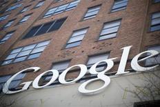 El símbolo de Google en su casa matriz de Nueva York, ene 8 2013. La taiwanesa Hon Hai Precision Industry dijo que vendió a Google parte de una cartera de patentes que incluye la superposición de imágenes virtuales con fotos del mundo real. REUTERS/Andrew Kelly