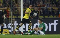 Robert Lewandowski comemora após marcar gol do Borussia Dortmund contra o Werder Bremen nesta sexta-feira. REUTERS/Ina Fassbender