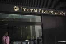 Una mujer sale del edificio del Servicio de Impuestos Internos de Estados Unidos en Nueva York. 13 de mayo, 2013. REUTERS/Shannon Stapleton (ESTADOS UNIDOS - NEGOCIOS POLITICA)