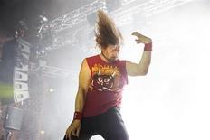 """L'Américain Eric """"Le Méchant"""" Melin a été couronné vendredi champion du monde de 'air guitar' dans la ville finlandaise d'Oulu avec le morceau """"Hash Pipe"""" du groupe Weezer. /Photo prise le 23 août 2013/REUTERS/Timo Heikkala/Lehtikuva"""