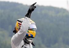 O piloto Lewis Hamilton gesticula após ganhar a pole position na sessão classificatória do Grande Prêmio da Bélgica, no Spa-Francorchamps. Hamilton obteve sua quarta pole position consecutiva na Mercedes neste sábado. 24/08/2013 REUTERS/Francois Lenoir