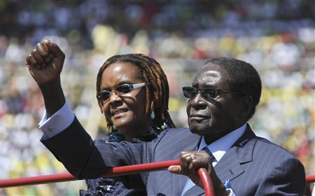 Zimbabwe President Robert Mugabe and his wife Grace arrive for his inauguration as President, in Harare August 22, 2013. REUTERS/Philimon Bulawayo