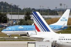 Le titre Air France-KLM figure au rang des valeurs à suivre ce lundi à la Bourse de Paris, alors que selon le quotidien italien Il Sole 24 Ore, Alitalia -dont le groupe franco-néerlandais possède 25%- a engagé des discussions avec Etihad Airways en vue d'un accord commercial qui pourrait déboucher sur l'entrée de la compagnie aérienne d'Abou Dhabi au capital de la compagnie italienne, toujours déficitaire. /Photo prise le 21 août 2013/REUTERS/Charles Platiau