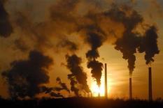 Дым поднимается из труб завода в Ачинске 5 февраля 2007 года. Министерство экономического развития второй раз с начала года резко понизило основные оценки роста экономики России в текущем году. REUTERS/Ilya Naymushin