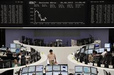 Les principales Bourses européennes sont dans le rouge à mi-séance lundi, plombées par Milan après la menace du parti de Silvio Berlusconi de faire tomber le gouvernement de coalition d'Enrico Letta. Vers 12h50, le CAC 40 abandonne 0,63% à Paris, le Dax recule de 0,24% à Francfort la Bourse de Milan rétrograde de 2,44%, alors que la Bourse de Londres est fermée, ce lundi étant férié au Royaume-Uni. /Photo prise le 26 août 2013/REUTERS/Remote