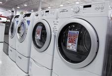 Unas lavadoras y secadoras a la venta en una tienda de Nueva York, jul 28 2010. Los pedidos de bienes duraderos en Estados Unidos registraron en julio su mayor caída en casi un año mientras que una medición del gasto planeado por las empresas en bienes de capital se desplomó en el mes, lo que proyectó una sombra sobre la economía a comienzos del tercer trimestre. REUTERS/Shannon Stapleton