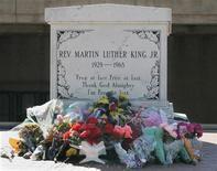 Imagen de archivo de la cripta del asesinado activista estadounidense Martin Luther King Jr en Atlanta, ene 31 2006. Clarence Jones estaba sentado a 15 metros de su jefe, el doctor Martin Luther King Jr., en un día brillante y soleado de 1963 cuando King pronunció el discurso que cambiaría para siempre el curso de las relaciones raciales en Estados Unidos. REUTERS/Tami Chappell