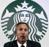 Starbucks Corp, la mayor cadena de cafeterías del mundo, anunció el lunes su ingreso a Colombia, donde aspira abrir 50 tiendas en los primeros cinco años como parte de un proceso de expansión que también le permitirá aumentar las compras de café a uno de sus principales abastecedores. En la foto, el presidente ejecutivo de Starbucks, Howard Schultz, en Bogotá. Agosto 26, 2013. REUTERS/Jose Miguel Gomez