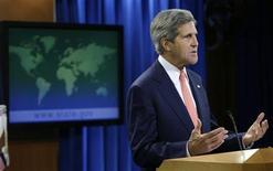 Госсекретарь США Джон Керри обращается к СМИ в Вашингтоне 26 августа 2013 года. Соединенные Штаты обвинили сирийские власти во главе с Башаром Асадом в применении химического оружия против мирного населения на прошлой неделе. REUTERS/Gary Cameron