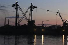 Деревообрабатывающая фабрика на берегу реки Енисей около Лесосибирска 13 июня 2013 года. Министерство экономического развития ожидает, что в третьем квартале 2013 года ВВП России вырастет на 1,9 процента, в четвертом квартале - на 2,2 процента, в то время как прогноз на весь год понижен до 1,8 процента с 2,4 процента, сказал на брифинге замминистра Андрей Клепач. REUTERS/Ilya Naymushin