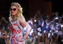 Американская певица и режиссер Мадонна перед показом своего фильма на Венецианском кинофестивале 1 сентября 2011 года. Американская поп-дива Мадонна стала самой высокооплачиваемой мировой знаменитостью за минувший год, сообщил в понедельник Forbes. REUTERS/Alessandro Garofalo