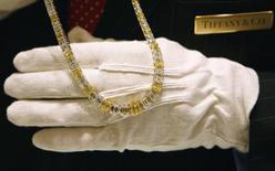 Продавец магазина Tiffany and Co. в Нью-Йорке демонстрирует бриллиантовое ожерелье стоимостью $1,2 миллиона 10 октября 2007 года. Высокие продажи Tiffany & Co в Китае и увеличение цен помогли фирме смягчить разочаровывающие показатели бизнеса на ее домашнем рынке во втором квартале и повысить годовой прогноз, сообщил продавец ювелирных изделий во вторник. REUTERS/Mike Segar