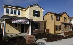 Imagen de archivo de una vivienda nueva a la venta en San Diego, EEUU, mar 25 2013. Los precios de las casas en Estados Unidos subieron en junio y extendieron un repunte de varios meses, aunque el ritmo del incremento se enfrió, lo que sugiere que mayores tasas hipotecarias podrían desacelerar el impulso a medida que se acaba el año. REUTERS/Mike Blake