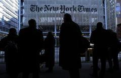 Le quotidien américain New York Times et le réseau social Twitter ont momentanément perdu le contrôle de leurs sites internet, à la suite d'une attaque informatique revendiquée mercredi par une organisation revendiquant son soutien au président syrien Bachar al Assad. L'Armée électronique syrienne (AES) a effectué son attaque en piratant le groupe australien Melbourne IT qui fournit et gère les noms de domaine visés. /Photo d'archives/REUTERS/Carlo Allegri
